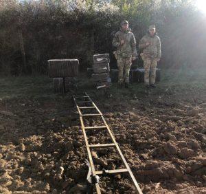 Поблизу кордону з Угорщиною затримали контрабандиста та залишені ним сигарети (фото)