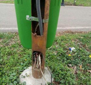 Ужгородцям та гостям міста несуть загрозу небезпечні вуличні ліхтарі (фото)