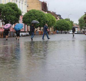 Ужгородці «вітають» мера за реконструйовану площу Петефі (фото)