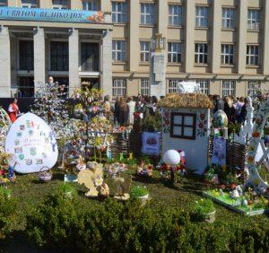 На головній площі Закарпаття вже вп'яте розквітли писанками великодні дерева (ФОТО)