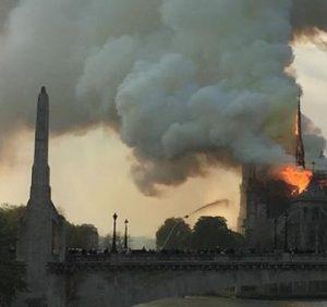 Собор Парижской Богоматери в огне (видео)