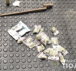 В Ужгороді під час обшуку в автомобілі поліцейські вилучили марихуану