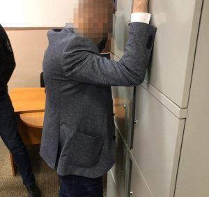 На Закарпатті прокуратура затримала доцента юрфаку УжНУ при отриманні 4500 грн неправомірної вигоди (фото)
