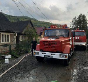 У Рахові пожежники боролись з вогнем у двох сусідських будинках (фото, відео)