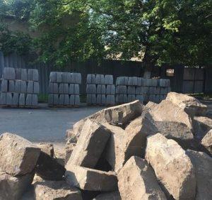 Влада Ужгорода продовжує злочинну практику заміни добротних кам'яних бордюрів на крихкі цементні