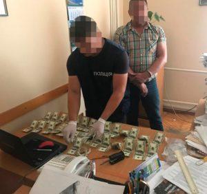 Затримано начальника Виноградівського міжрайонного Управління водного господарства на хабарі у 4200 доларів