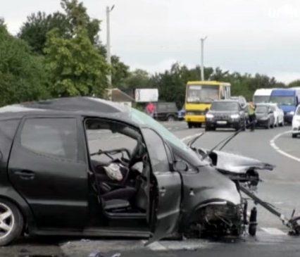 Потрійна ДТП поблизу Мукачева: є жертви і потерпілі (відео)