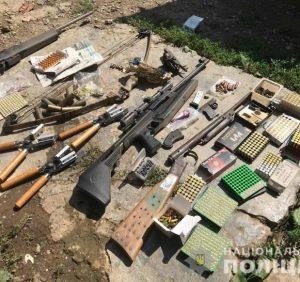 Правоохоронці викрили на збуті зброї хустянина. Удома чоловік зберігав цілий арсенал
