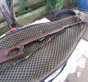 В ході обшуків помешкання жителя Мукачівщини поліція виявила плантацію коноплі, вилучила зброю, набої та наркотики