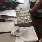 На Закарпатті затримано жінку, яка за 1000 доларів США спробувала підкупити поліцейського
