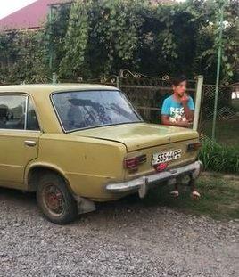 Малолітній ром взяв машину і влаштував «дитячий» заїзд поблизу Ужгорода. Втрутились громада і поліція (відео)