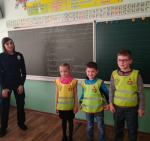 Ось чому школярі Ужгорода обов'язково мають одягати світловідбиваючі жилети (Фотофакт)
