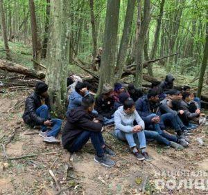На Закарпатті поліція затримала 23 нелегалів, які намагалися незаконно перетнути кордон з ЄС