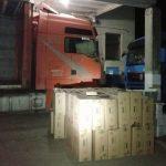 Закарпатські митники виявили приховані 38 000 пачок цигарок у вантажівці