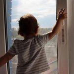 В Ужгороді 1-річний малюк випав з вікна п'ятого поверху (відео)