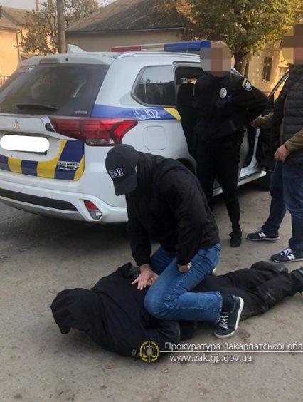 На Закарпатті викрито заступника керівника Перечинського відділення поліції при отриманні 3 000 дол США і 5 000 грн хабара (відео)