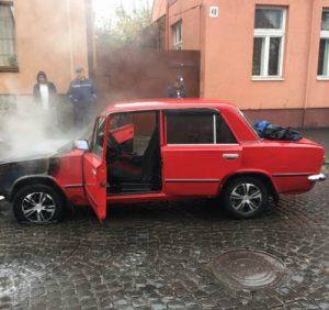 Виноградівські надзвичайники врятували автомобіль від повного знищення вогнем