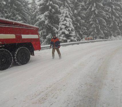 Рятувальники допомагають закарпатцям ліквідовувати наслідки негоди