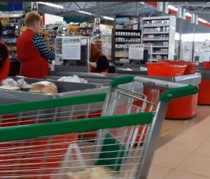 У магазині закарпатського політика-олігарха продають захисні маски по 14 гривень, а продавці сидять без них (відео)
