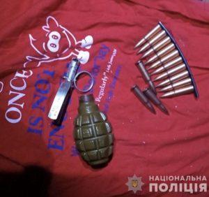 У Мукачеві поліцейські під час обшуку вилучили гранату, набої та комплектуючі