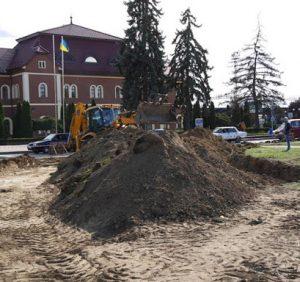 Посадовцям Ужгородської міської ради та директору товариства, яке здійснювало реконструкцію площі Кирпи, у розтраті понад 860 тис грн