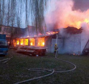 На Виноградівщині згорів цех з виготовлення меблів (фото)