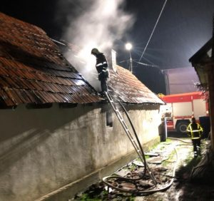 У Хусті під час гасіння пожежі вогнеборці врятували власника будинку