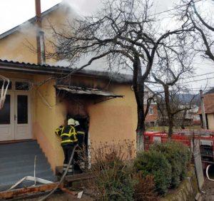 Хустські вогнеборці ліквідували пожежу в прибудові та врятували житловий будинок (фото)