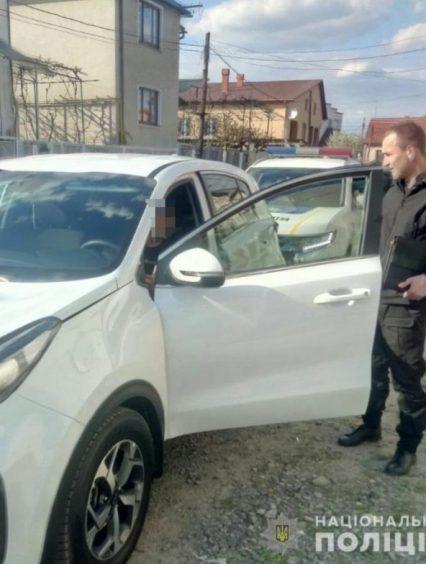 Поліцейські Хустщини вилучили у водія позашляховика марихуану, яку той приховав у роті