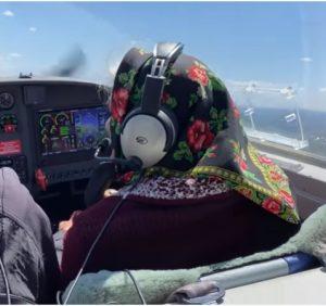 Баба Ріна в 90 років керує літаком (відео)