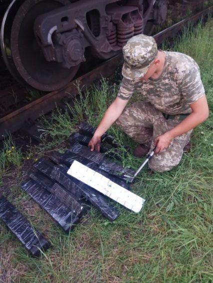 Під час огляду вантажного потягу прикордонники виявили 480 пачок цигарок