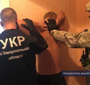 Прокуратура погодила підозру нападникам на ювелірний магазин у Виноградові