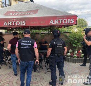 Поліцейські Закарпаття затримали чоловіка, який збував на території регіону фальсифікований алкоголь