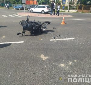"""На Виноградівщині мотоцикліст врізався у """"ВАЗ"""". Водій авто втік з місця ДТП"""