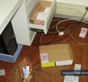 """Збройне пограбування у Мукачеві: нападникам """"вручаються"""" підозри"""