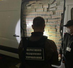 Псевдодипломат намагався «проскочити» кордон з повним мікроавтобусом сигарет