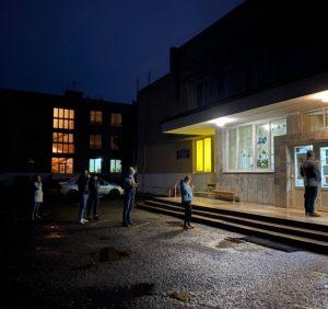 В Ужгороді на дільниці спіймали чоловіка, який виносив бюлетені для схеми «карусель» (відео)