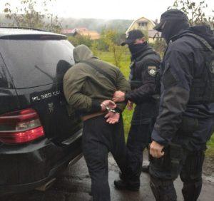Поліція затримала озброєного зловмисника та його спільника, які скоїли розбійний напад на будинок закарпатця