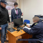 Одержання майже 3700 євро хабаря за безперешкодне оформлення автомобілів – підозрюють митника та двох пособників