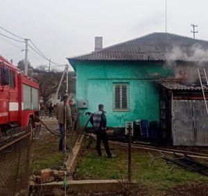 Воловецькі рятувальники ліквідували пожежу в дроварні та врятували від знищення магазин