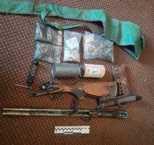У Міжгір'ї під час обшуку будинку правоохоронці вилучили вибухові речовини та рушницю