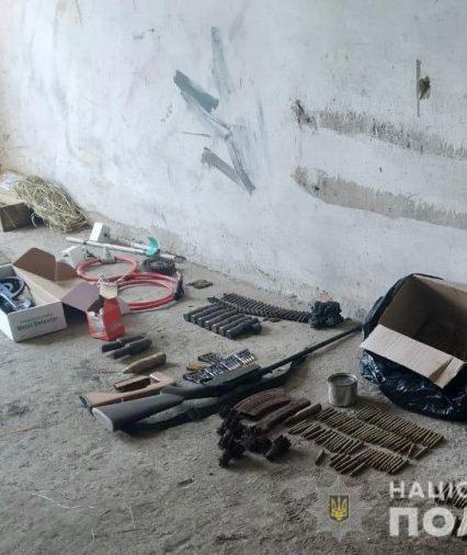 На Мукачівщині у помешканні фігуранта злочину поліцейські вилучили зброю та боєприпаси (фото)