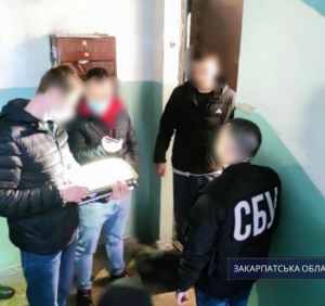 Розклеювання листівок із провокативними написами в Берегові – досудове розслідування завершене